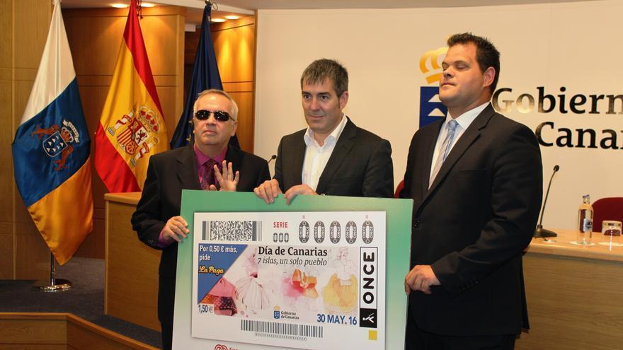 El director de Zona de la ONCE en Santa Cruz de Tenerife, Andrés Guillén; el presidente del Gobierno de Canarias, Fernando Clavijo; y el presidente del Consejo Territorial de la ONCE en Canarias, Miguel Ángel Déniz.