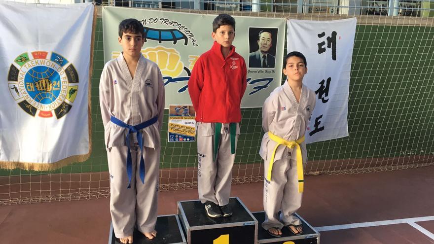 Daniel Nieves, centro, logró medalla de oro.