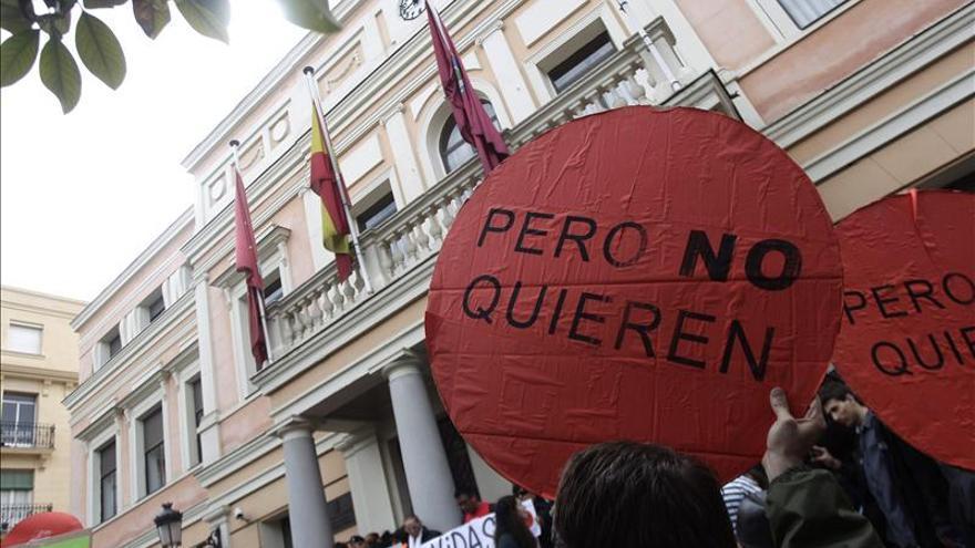 Protesta por los desahucios en edificios de vivienda protegida.