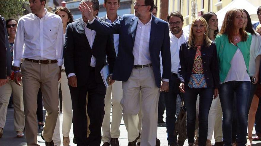 El presidente del Gobierno, Mariano Rajoy, saluda a los vecinos tinerfeños de la Laguna. EFE/Cristóbal