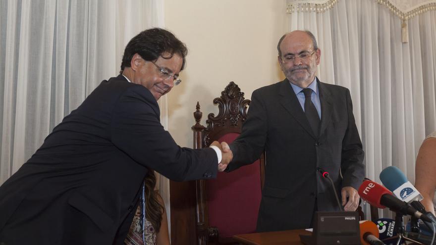 Francisco González, exalcalde de CC en Icod, saluda al nuevo regidor tras prosperar la censura, José Ramón León, de Somos Ciudadanos