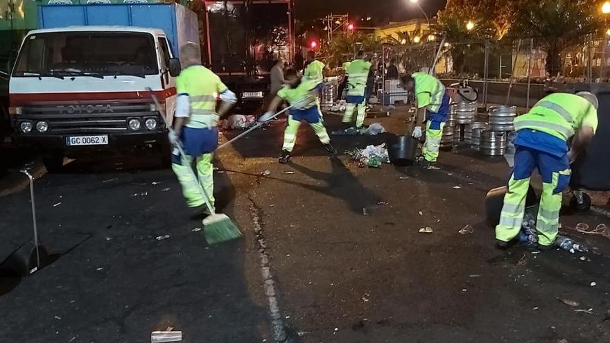 Operativo de limpieza tras el Carnaval de Día en Vegueta