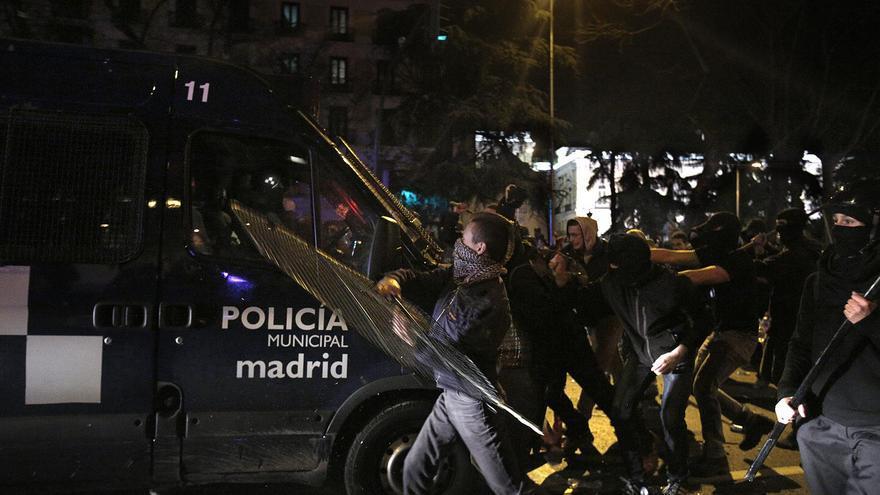 Un grupo de manifestantes arremete contra una furgoneta de la Policía municipal de Madrid / Olmo Calvo