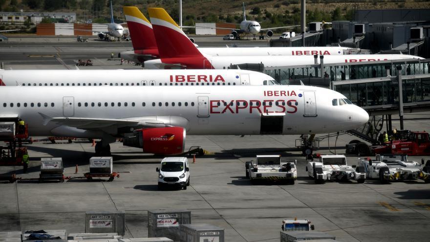 Aviones de Iberia Express en la terminal T4 del Aeropuerto de Madrid-Barajas Adolfo Suárez, en Madrid (España)