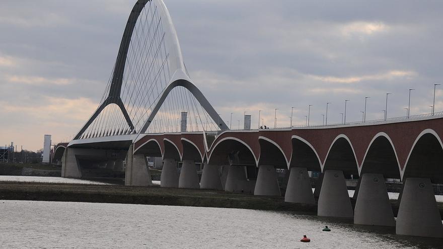 Nuevo puente construido sobre el río Waal (Holanda), en el que se han ampliado los terrenos inundables.