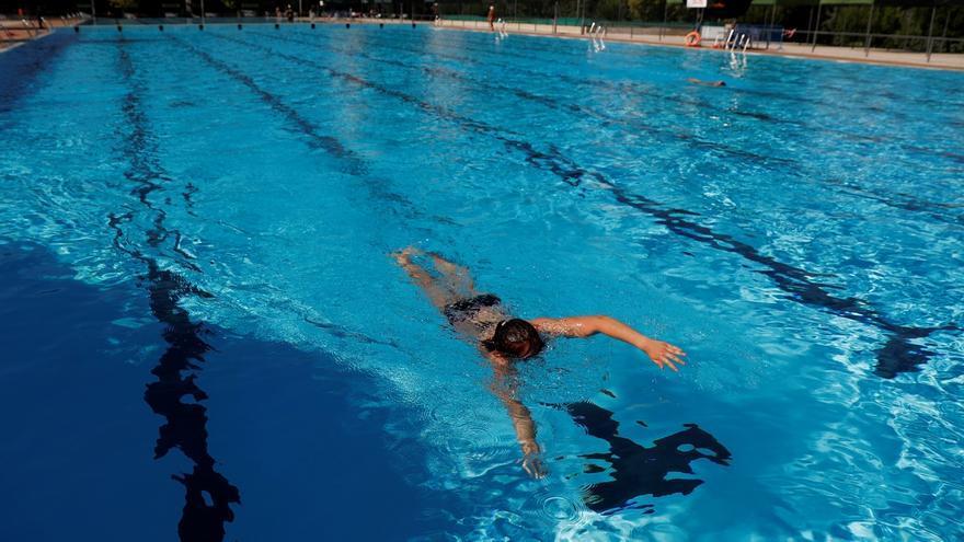Un bañista disfruta de las instalaciones de lapiscinadel Centro Deportivo Municipal Vicente del Bosque, en la Avenida de Monforte de Lemos.