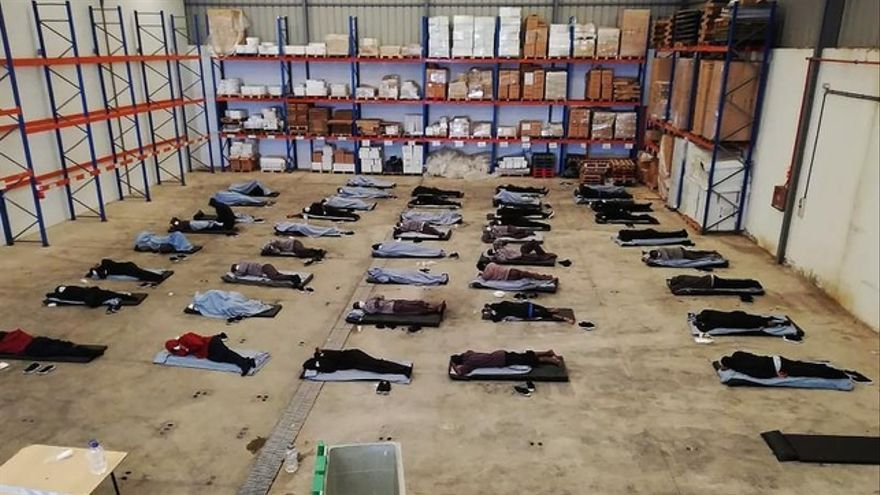 Inmigrantes duermen durante la cuarentena en un edificio habilitado por el Gobierno de Canarias.