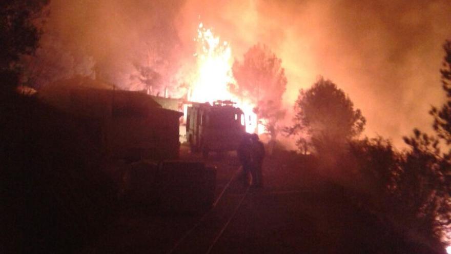 El fuego ha avanzado sin control durante la noche en Bolulla