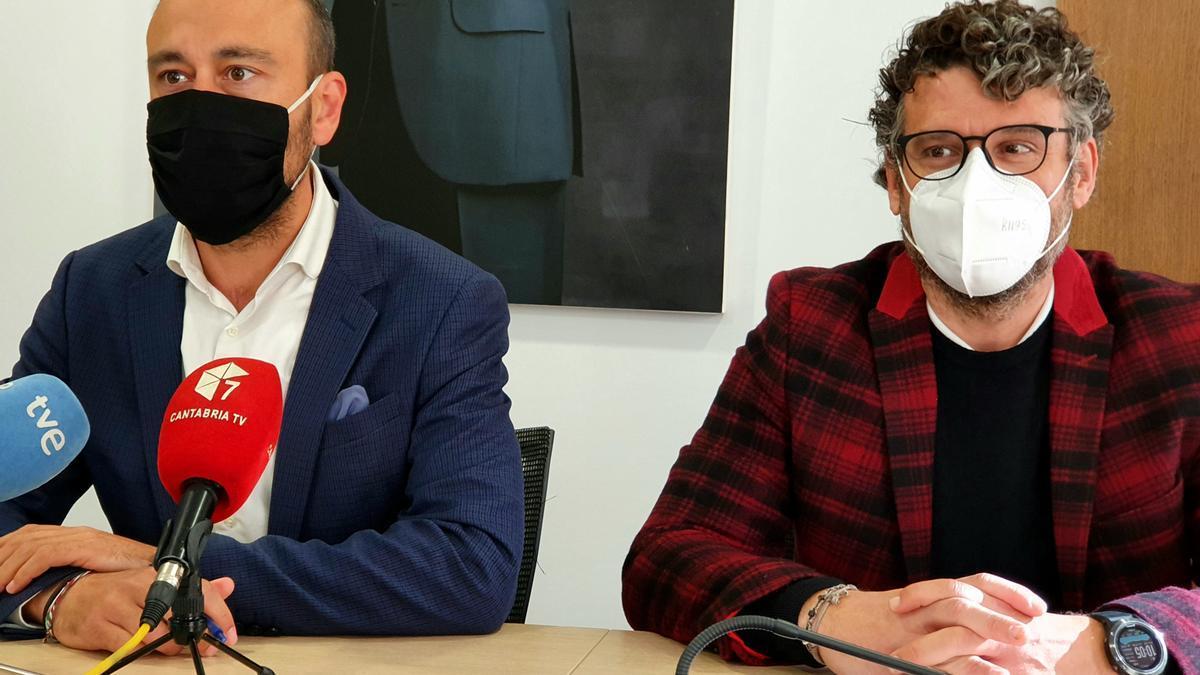 El alcalde de Torrelavega, Javier López Estrada, y el concejal de Movilidad, Gerson Lizari.