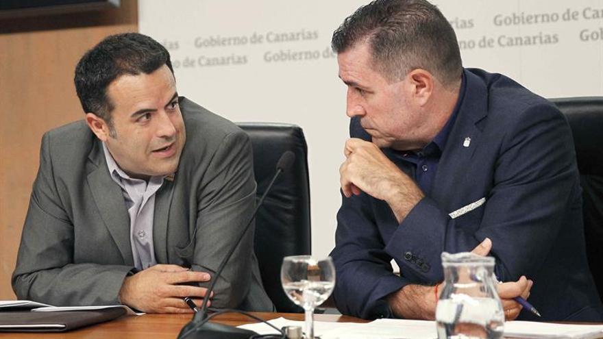 El director general de Patrimonio Cultural del Gobierno de Canarias, Miguel Angel Clavijo (d), conversa con el director del proyecto Caminaría, José Juan Cano. EFE/Cristóbal García