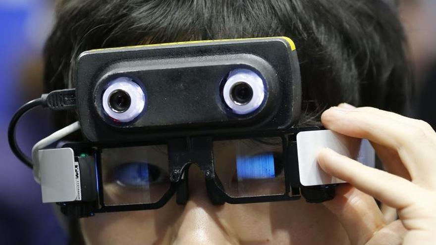 """Un visitante prueba unas """"Smart Glass"""" modelo AceReal creadas por Suncorporation durante la segunda feria de la tecnología portátil de Tokio (Japón)."""