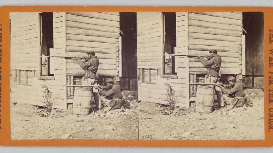 Soldados afroamericanos combaten durante la Guerra Civil de EEUU.
