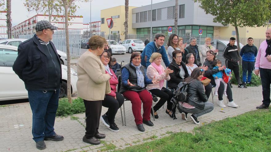 Las abuelas de Torreblanca presencia el particular homenaje que les están haciendo estudiantes de Bellas Artes /Foto: C. Ibáñez