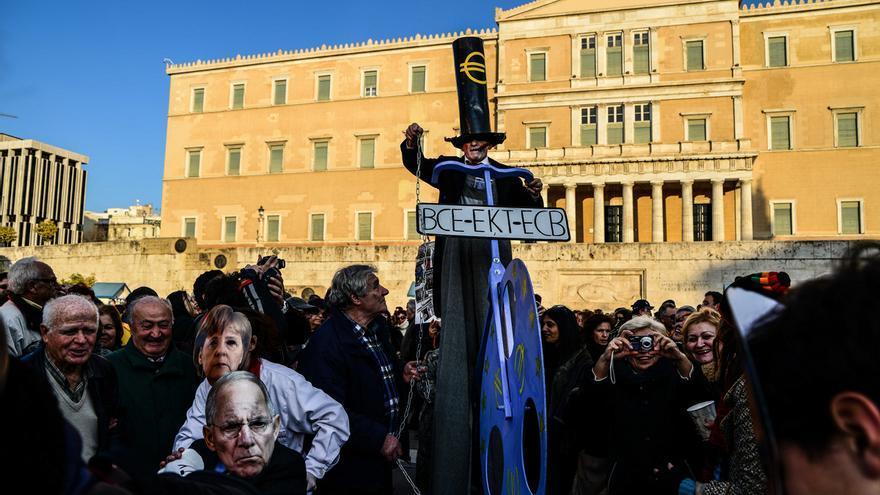 Una manifestación frente al Parlamento griego el 15 de febrero contra el BCE y el Gobierno alemán. Foto: Wassilios Aswestopoulos/Zuma Press