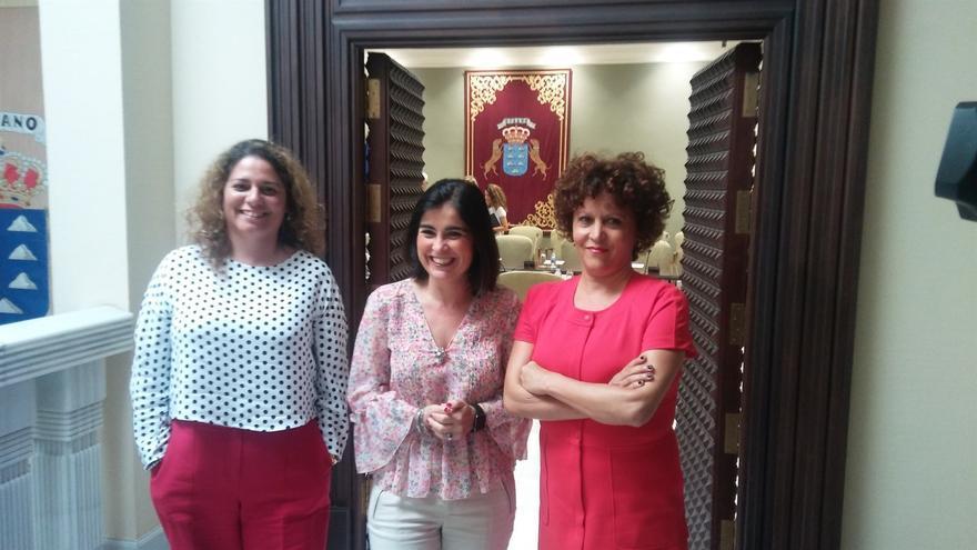 La fiscala Teseida García; la presidenta del Parlamento de Canarias, Carolina Darias, y la jueza Auxiliadora Díaz.