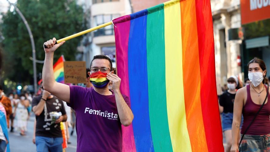 """Varios centenares de personas marchan por las calles de Murcia """"por un orgullo lésbico, gay, transexual, bisexual, intersexual y más (LGTBI+) de clase y combativo""""."""