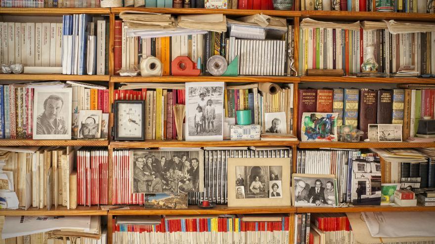 Estantería de libros del escritor Álvarez Ortega.
