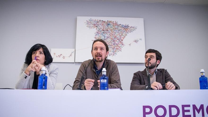 Pablo Iglesias, entre Pablo Bustinduy e Idoia Villanueva, la número 2 de Podemos para las europeas.