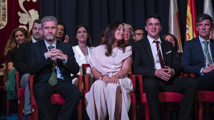 Javier Ceruti (Cs), a la izquierda, escucha el discurso de Gema Igual (PP) como alcaldesa. | JOAQUÍN GÓMEZ SASTRE