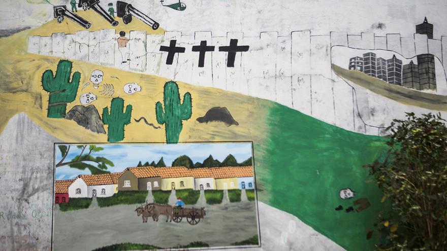 Un mural en Arcatao muestra la imagen de la migración: militares, un desierto y una ciudad al fondo