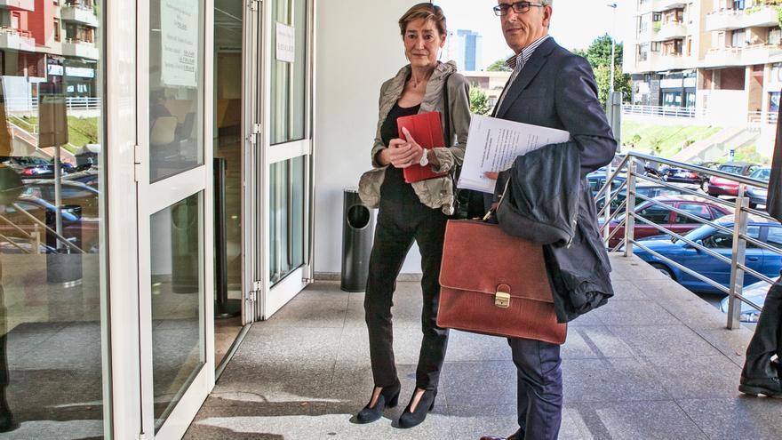 Los representantes legales de Sodercan, en Las Salesas para entregar a la Fiscalía la denuncia.