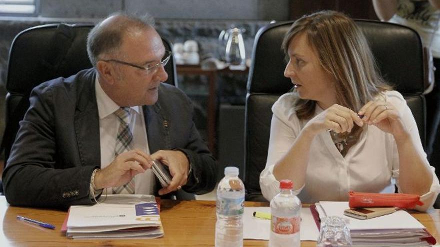 José Manuel Baltar y Nieves Lady Barreto deberán comparecer en el Parlamento para dar explicaciones sobre las microalgas. (EFE)