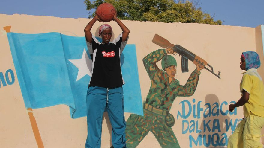 Jugadoras de baloncesto de Somalia entrenan en el estadio Hamar Jajab en Mogadiscio, Somalia. Imagen de archivo de 2012.