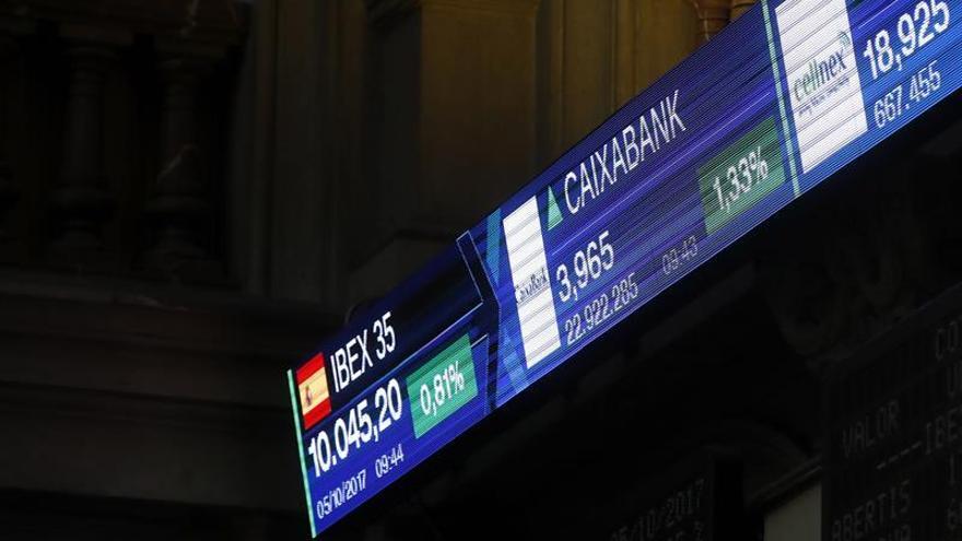 El IBEX 35 baja el 0,12 % tras la apertura, lastrado por la banca