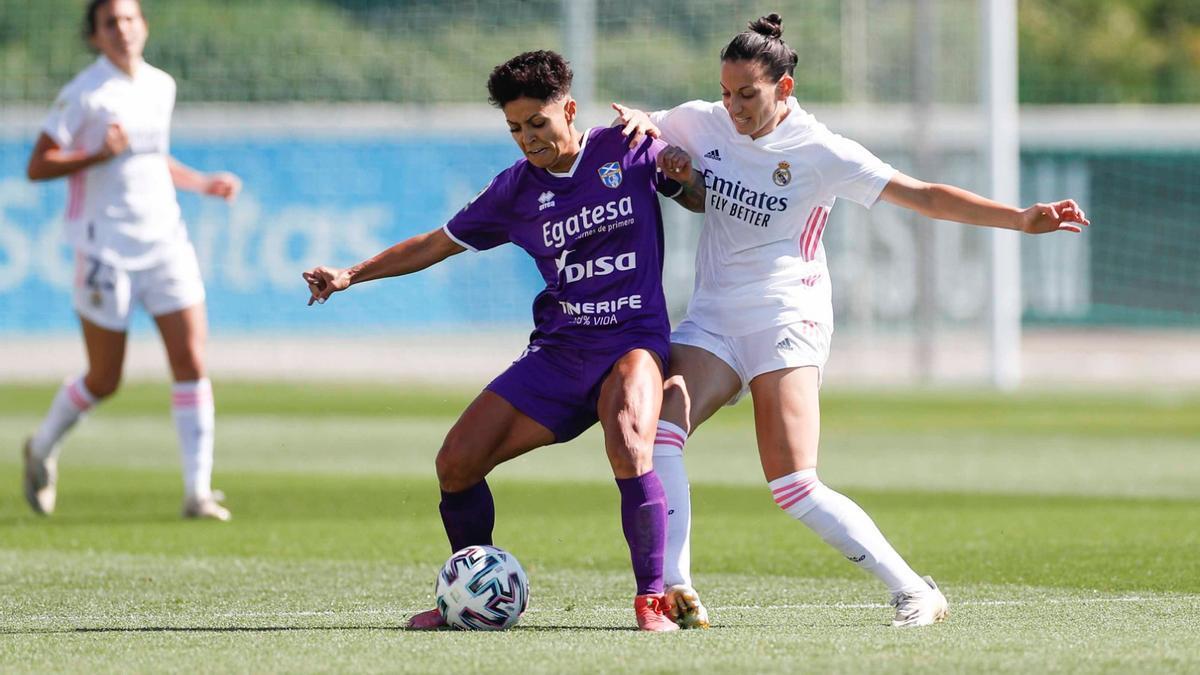 María José intenta controlar la pelota ante la presión rival