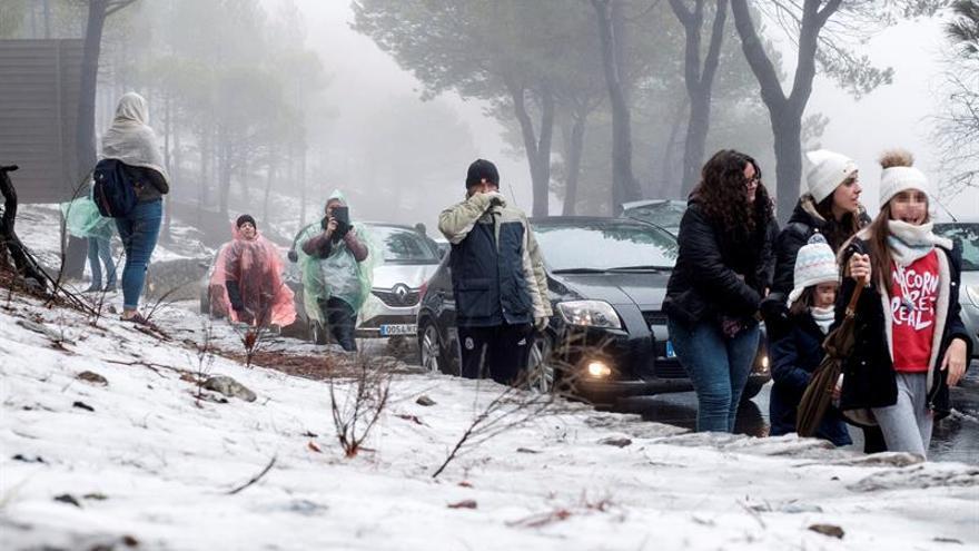 Grancanarios en la nieve en la cumbre de la isla