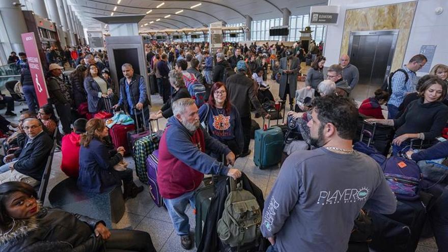 EL aeropuerto internacional de Atlanta reanuda sus operaciones aunque con lentitud