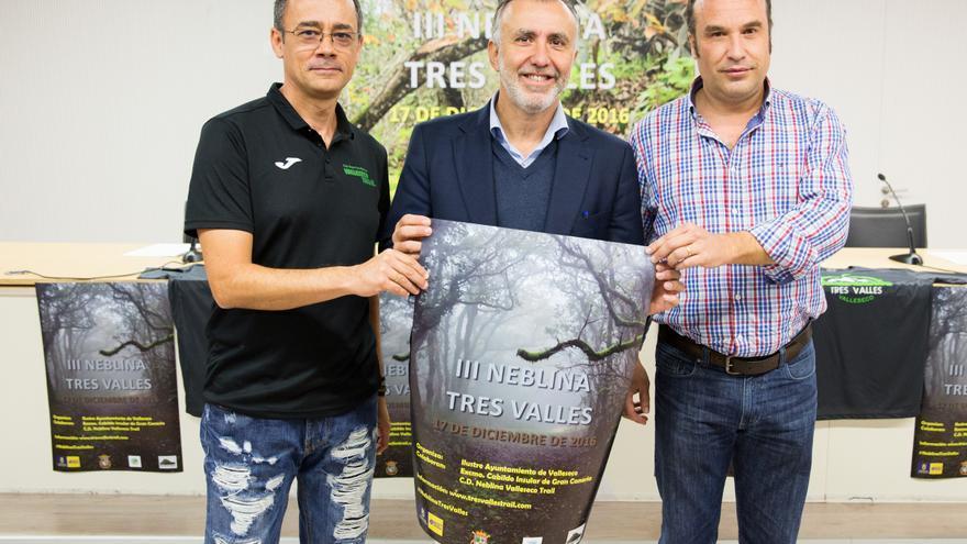 El director de la prueba, Fernando Ruiz y el representante del Club Deportivo Neblina Valleseco Trail, Alfredo Ramírez, el consejero de Deportes del Cabildo de Gran Canaria, Ángel Víctor Torres, y el alcalde  de Valleseco, Dámaso Arencibia.