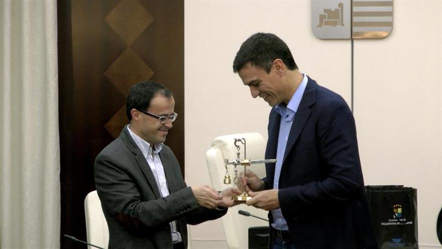 """La Diputación de Badajoz contrató al hermano de Pedro Sánchez porque """"se ficha a los mejores"""""""