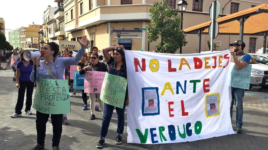 Manifestación en la puerta del Colegio de Santidad y en algunas calles del casco urbano promovida por Susana Guerrero. Foto: Radio Arucas