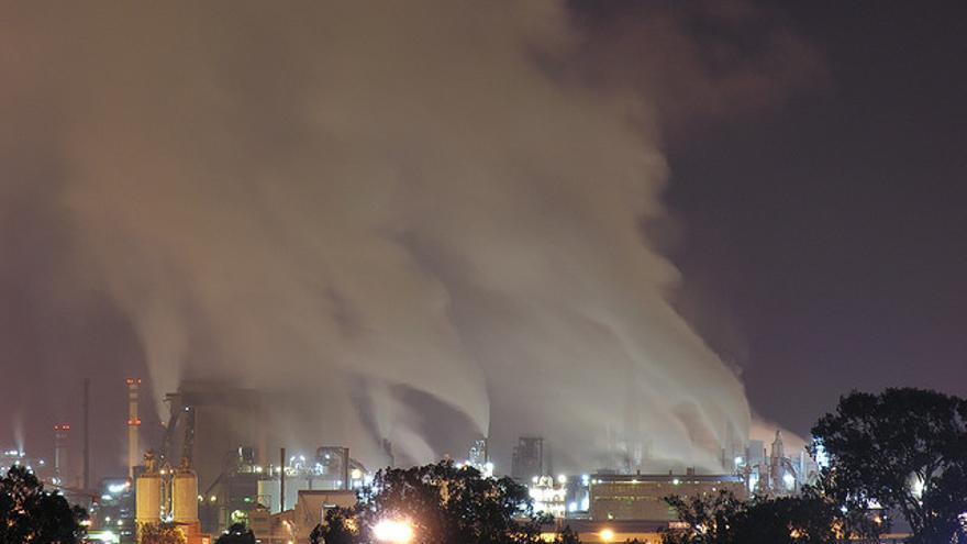 Las industrias desde la capital onubense en una imagen nocturna.