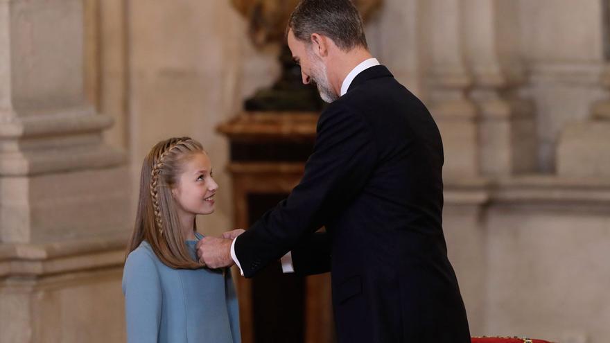 Felipe VI impone el Toisón de Oro a la princesa Leonor. EFE