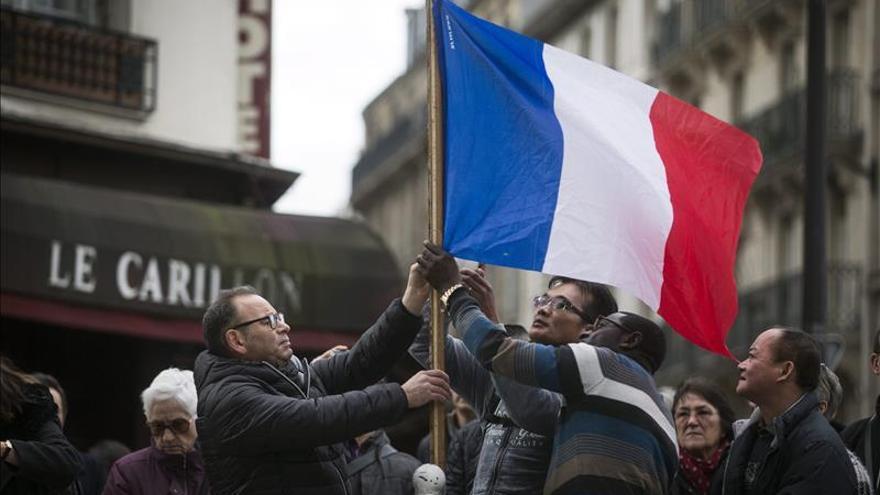 Hollande pide engalanar las casas con banderas en el homenaje a las víctimas