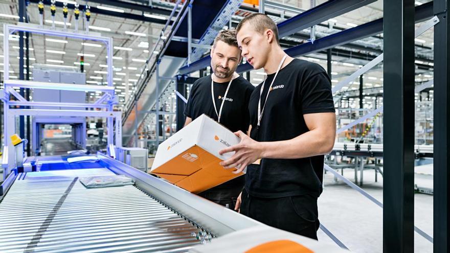 Trabajadores de Zalando en las instalaciones logísticas de la compañía en Alemania.