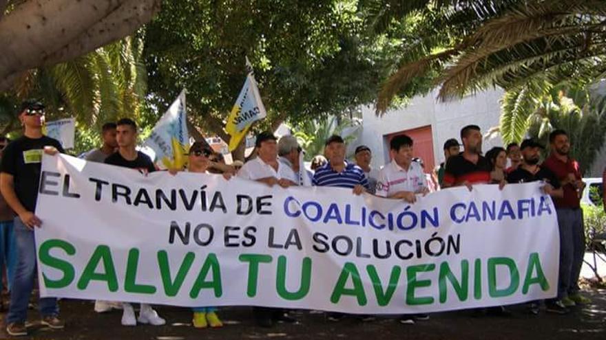 Protesta de integrantes de la plataforma ciudadana contra la ampliación la línea 2 del tranvía por Los Majuelos