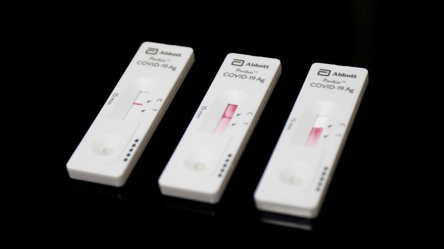 Archivo - Tests de antígenos preparados para trabajadores de hostelería en la sede de Makro, en Madrid (España), a 30 de marzo de 2021. La Comunidad de Madrid, en colaboración con la Fundación CEOE y la Confederación Empresarial de Madrid (CEIM) ha prepar