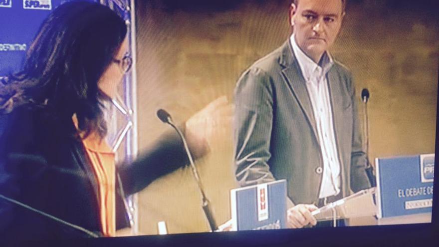 Mónica Oltra interpela a Alberto Fabra durante el debate organizado por Prensa Ibérica. / @Mariaestrada