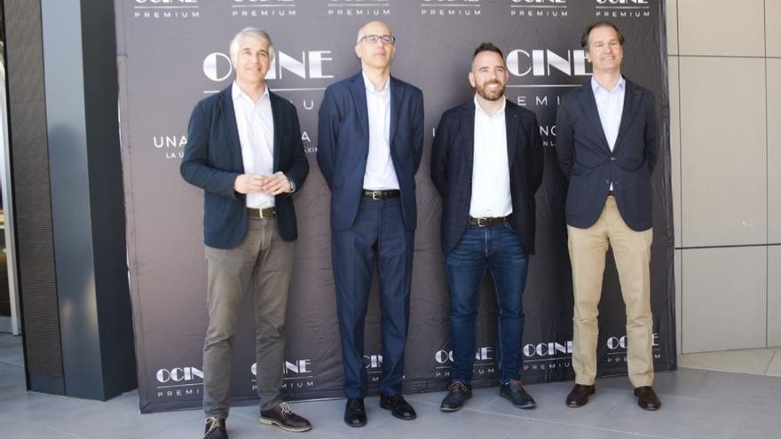 Los hermanos Agustí, gestores de Ocine, junto a Rafael Simó, concejal de Urbanismo en funciones, durante la inauguración del recinto.