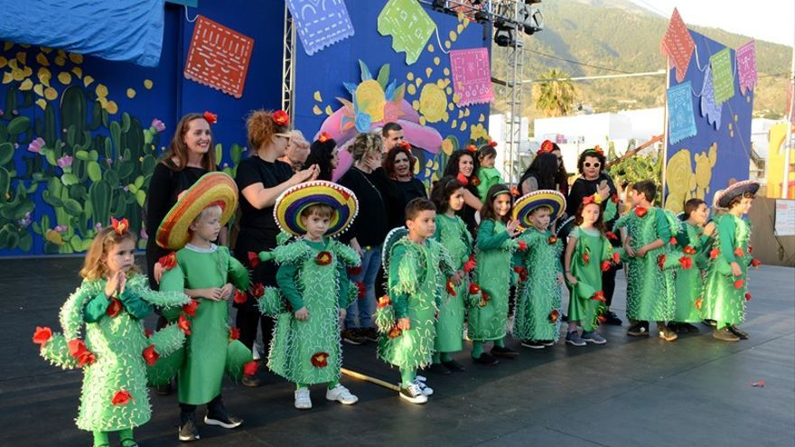 Niños disfrazados con motivos mexicanos.