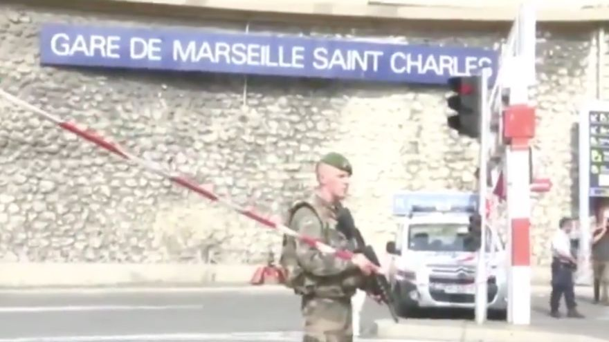 Militares armados custodian la estación de Saint Charles de Marsella tras el ataque