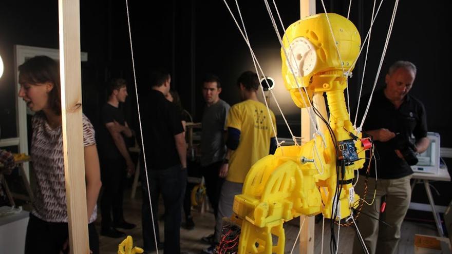 La cabeza y el tronco de Inmoov Robot, conectado con una placa Arduino