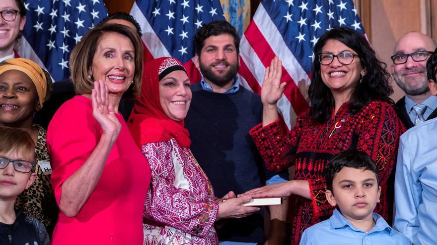 Rashida Tlaib (con gafas, a la derecha), con miembros de su familia y la presidenta de la Cámara Nancy Pelosi