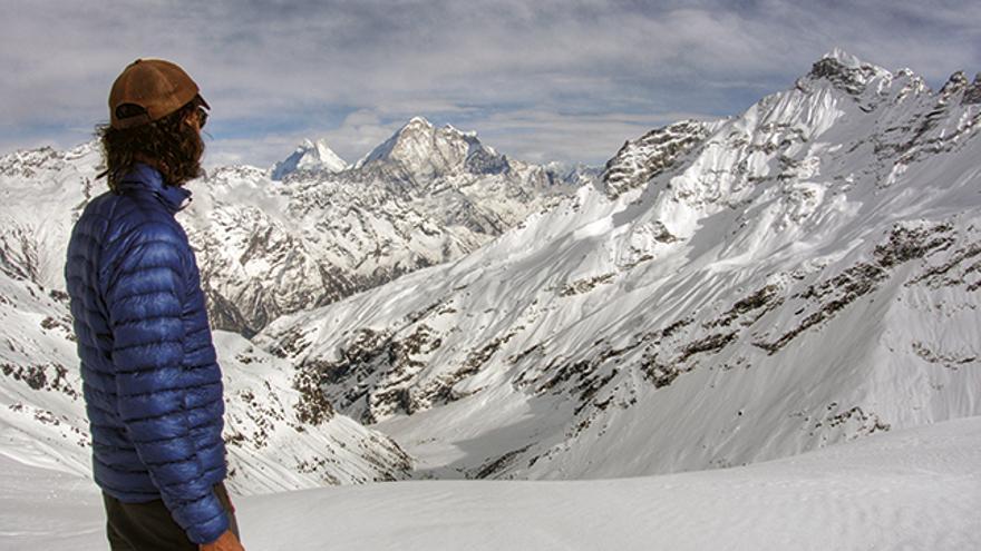 Desde el campo de altura, Benjamin admirando el valle y el Gauri Shankar al fondo.