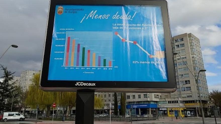 Las calles de Burgos lucen publicidad aludiendo a la reducción de la deuda municipal.