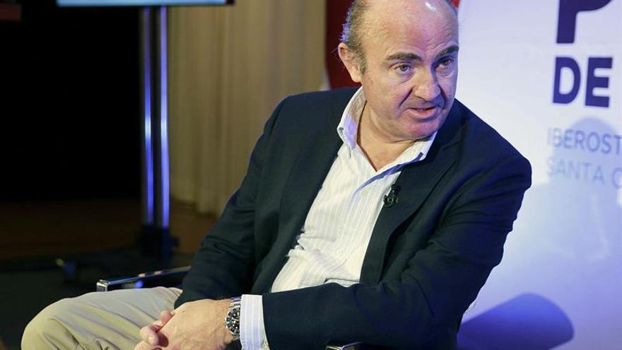 El ministro de Economía y Competitividad, Luis de Guindos, durante su participación en un desayuno informativo organizado por Plató del Atlántico.