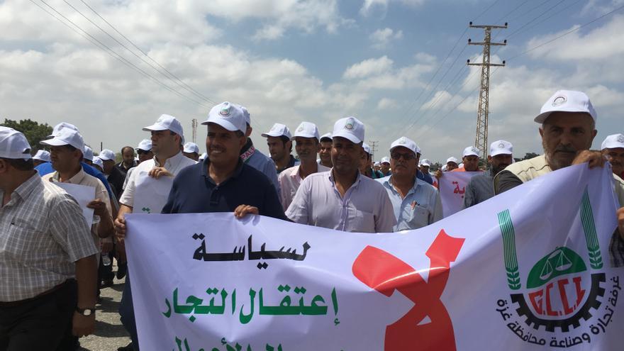 Protesta de los comerciantes de Gaza en el paso de Erez por la denegación de permisos de paso por parte de Israel, el 15 de agosto   FOTO: Isabel Pérez